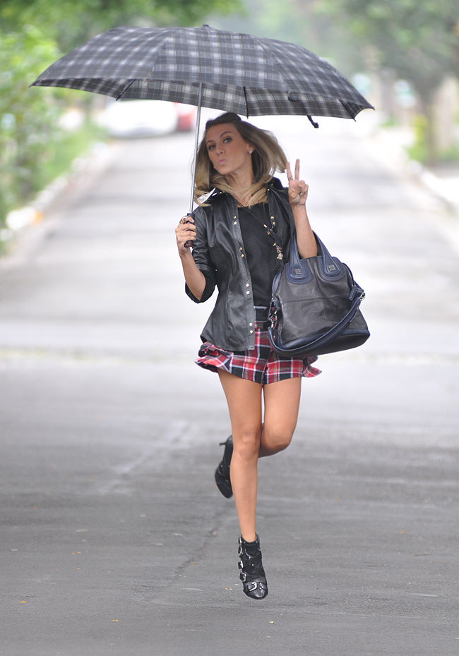 glam4you - nati vozza - look - blog - bynv - sidnei gea - foto - photoshoot - chuva - foto com guarda chuva - short - xadrez - couro - camisa - diario fds - diario