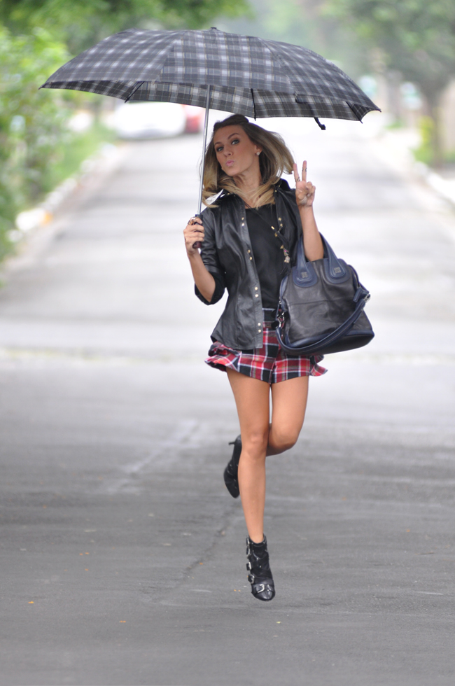glam4you - nati vozza - bynv - short - xadrez - camisa - couro - balmain - boots - guarda chuvas - foto na chuva - blonde - look - blog